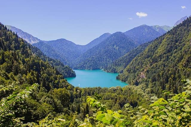 Озеро Рица в горах